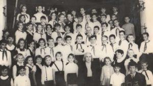 Первый директор школы с 1968 по 1981гг с хором